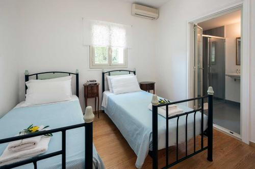 Bedroom 2: Twin beds with en-suite shower room