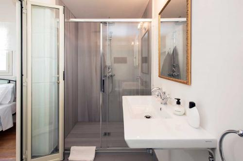 en-suite shower room in the bedroom 2